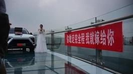 Diện váy cô dâu đứng trên cầu thách thức bạn trai, cô gái bị bẽ mặt