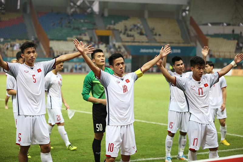 Văn Quyết và các đồng đội quyết định tặng lại toàn bộ số tiền 250 triệu đồng cho đội tuyển nữ Việt Nam. Ảnh S.N