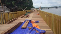 Đường đi bộ lát gỗ lim siêu sang ven sông Hương chưa xong đã nứt