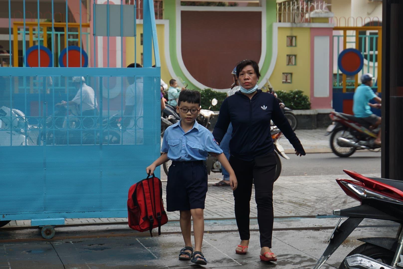 Phụ huynh Sài Gòn thấp thỏm ngoài cửa sổ ngày con vào lớp 1 - ảnh 3