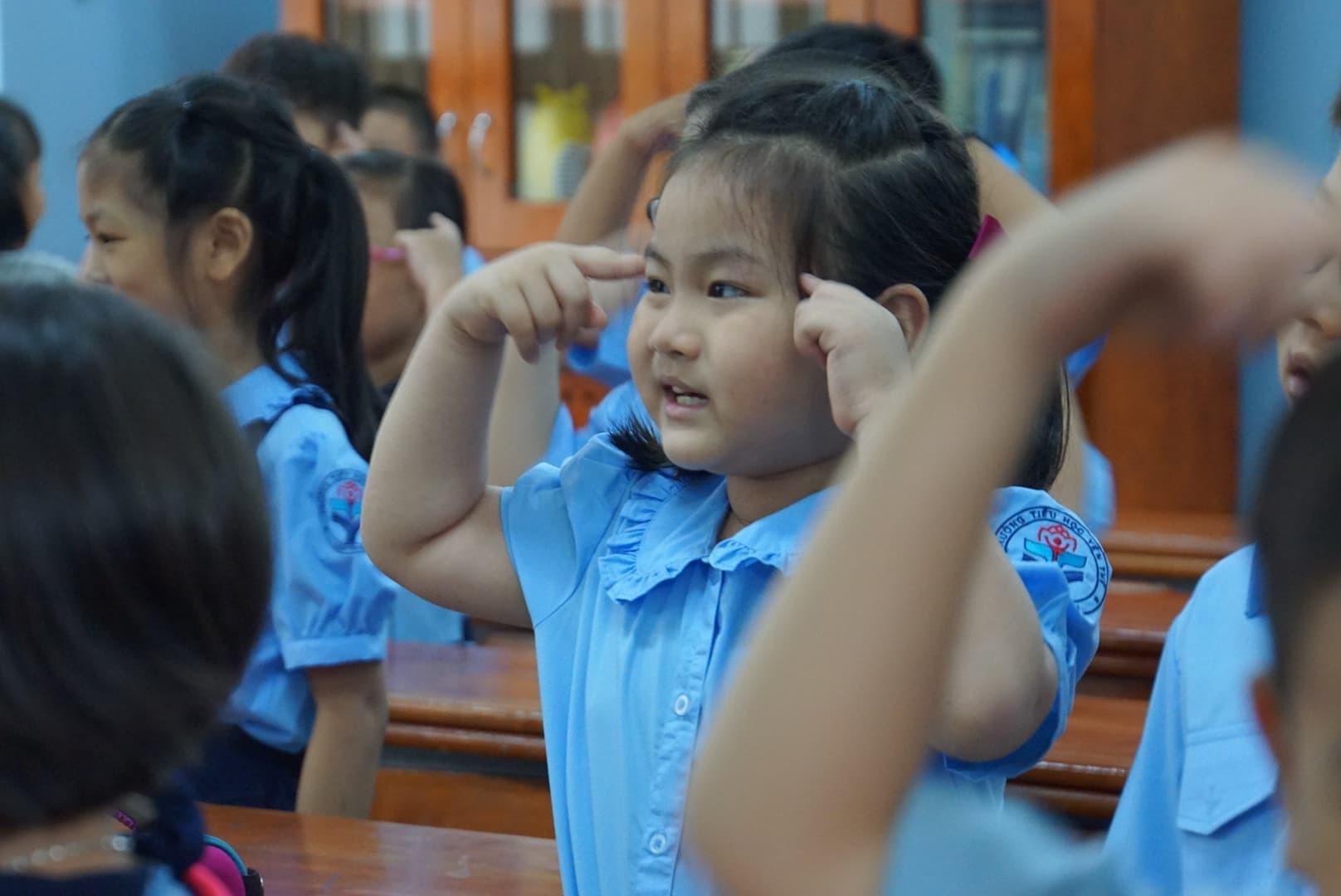 Phụ huynh Sài Gòn thấp thỏm ngoài cửa sổ ngày con vào lớp 1 - ảnh 9
