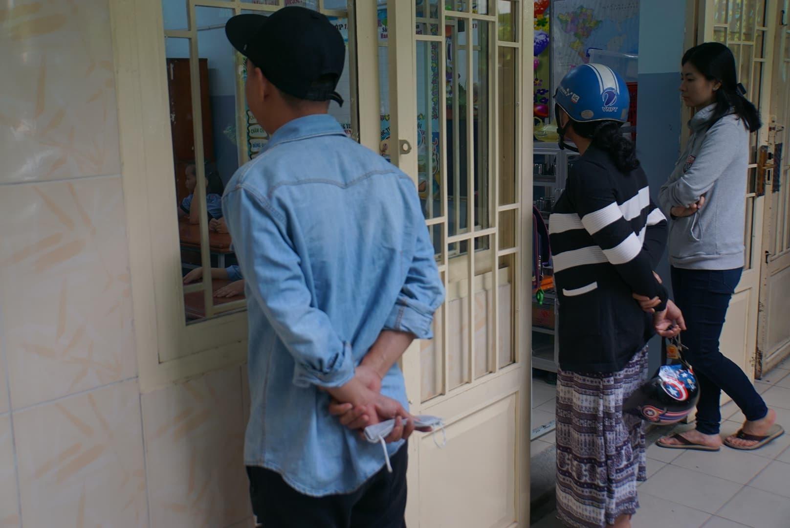 Phụ huynh Sài Gòn thấp thỏm ngoài cửa sổ ngày con vào lớp 1 - ảnh 12