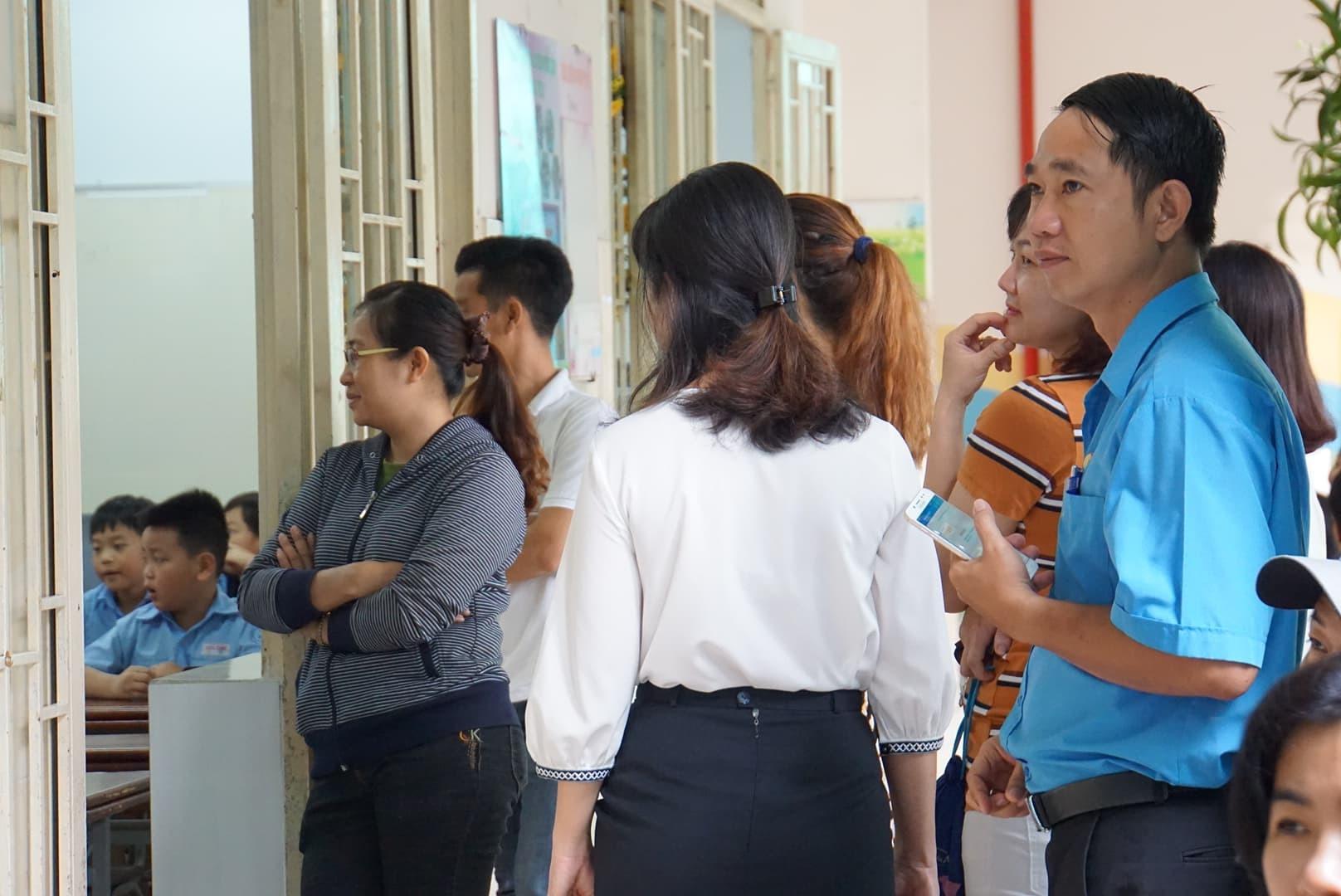 Phụ huynh Sài Gòn thấp thỏm ngoài cửa sổ ngày con vào lớp 1 - ảnh 11