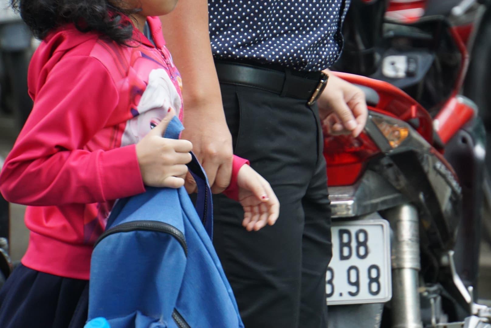 Phụ huynh Sài Gòn thấp thỏm ngoài cửa sổ ngày con vào lớp 1 - ảnh 5