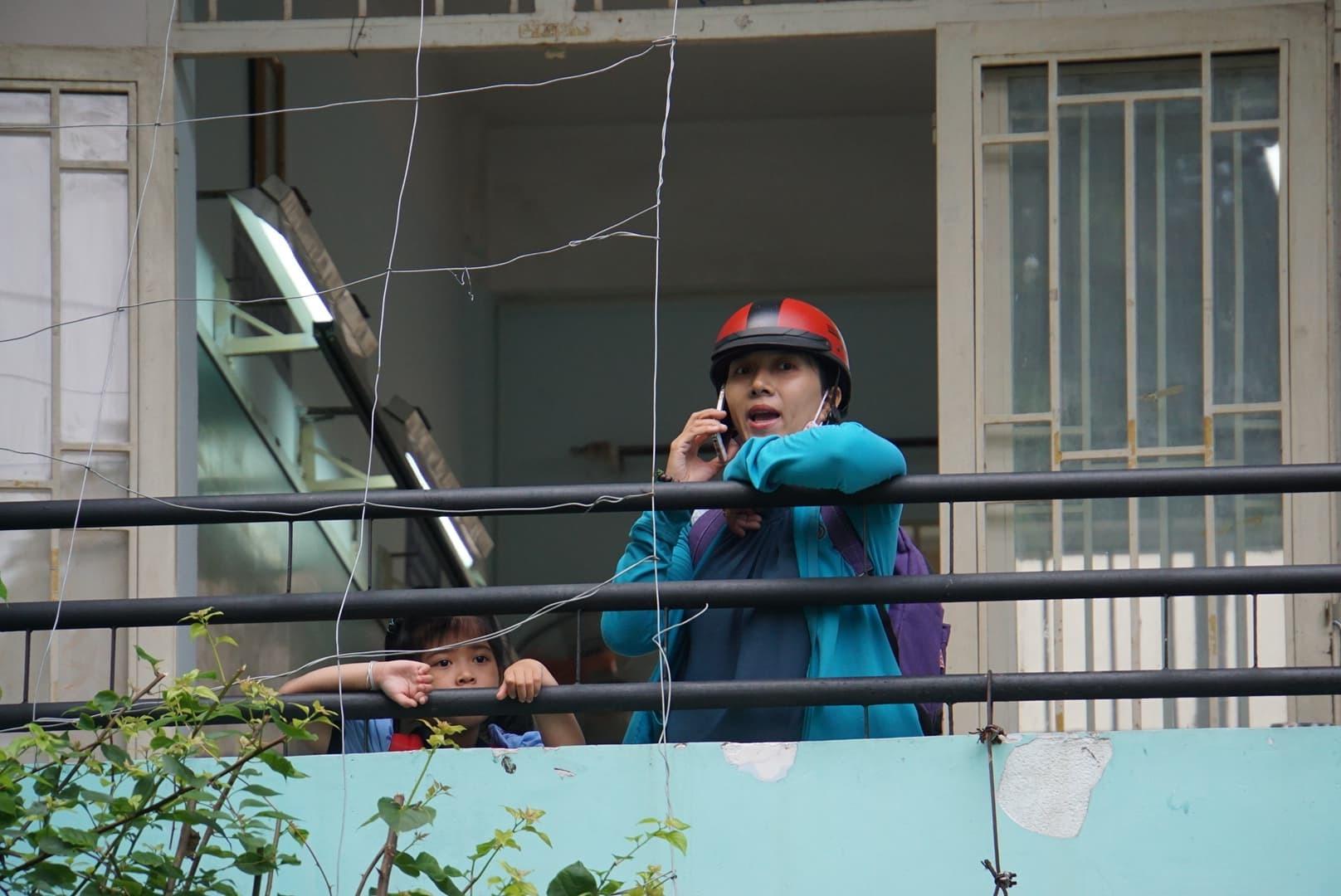 Phụ huynh Sài Gòn thấp thỏm ngoài cửa sổ ngày con vào lớp 1 - ảnh 6