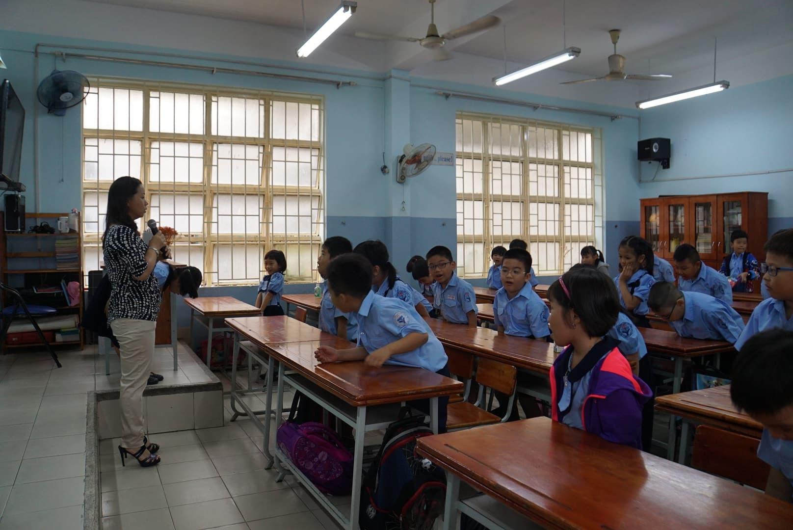 Phụ huynh Sài Gòn thấp thỏm ngoài cửa sổ ngày con vào lớp 1 - ảnh 7