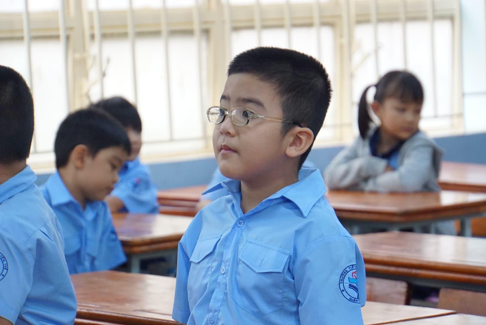 Phụ huynh Sài Gòn thấp thỏm ngoài cửa sổ ngày con vào lớp 1 - ảnh 8