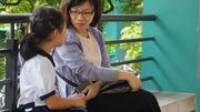 Phụ huynh Sài Gòn thấp thỏm ngoài cửa sổ ngày con vào lớp 1