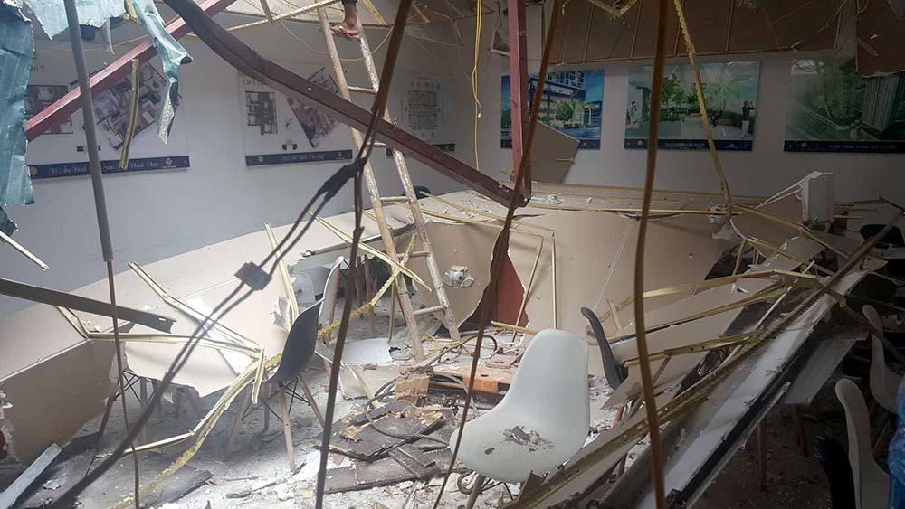 Cần cẩu đứt cáp rơi xuống nhà điều hành, 2 người bị thương