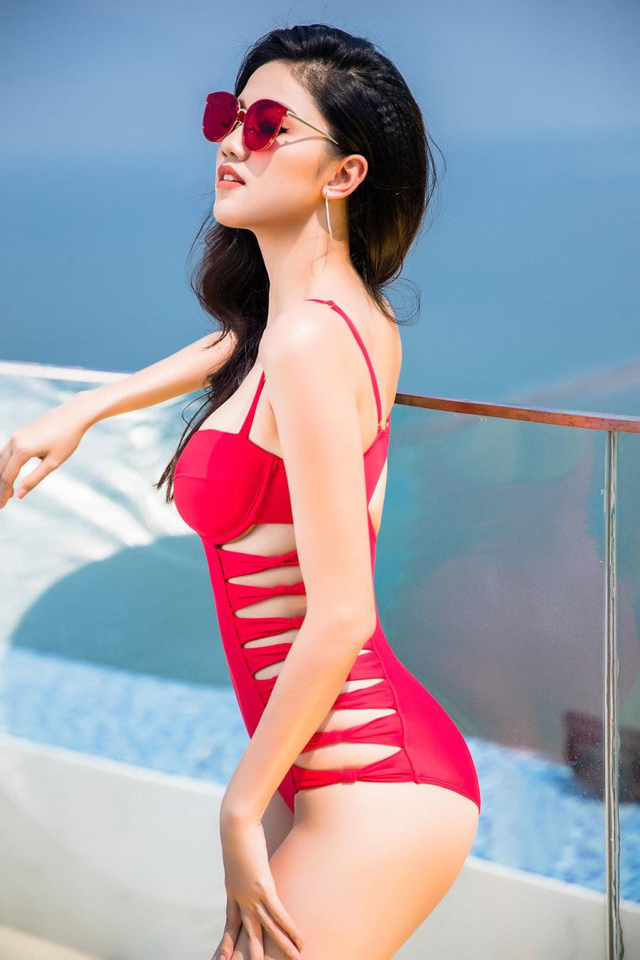 Hoa hậu Mỹ Linh khoe đường cong nóng bỏng với bikini