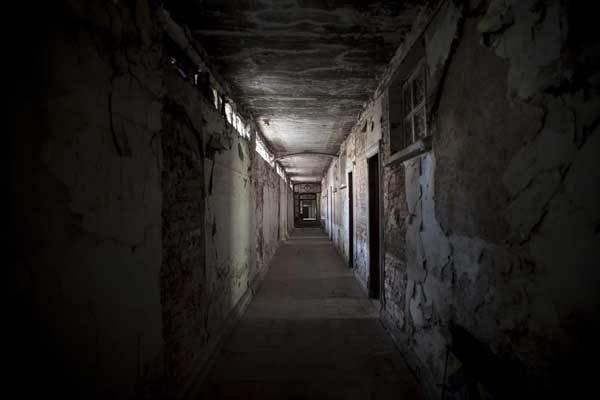 Lời nguyền bí ẩn về khách sạn ma ám bỏ hoang 50 năm giữa phố cổ