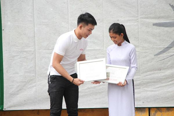 Tiến Đạt, Anh Tú trao học bổng cho học sinh nghèo