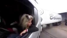"""Nữ tài xế đỗ xe container khiến cánh mày râu """"ngả mũ"""""""