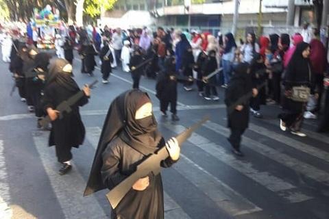 Trường mầm non cho học sinh mặc như IS