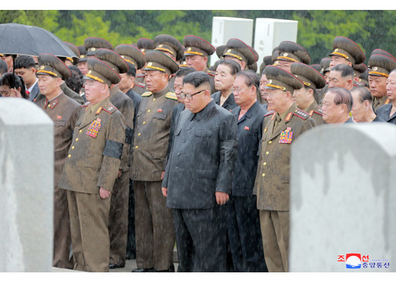 Kim Jong Un đội mưa dự tang lễ nguyên soái quân đội