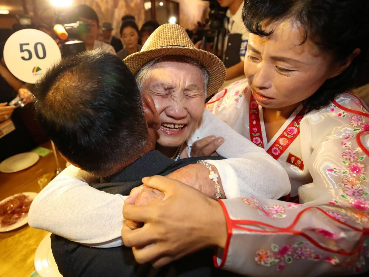 Cảm động hình ảnh mẹ gặp lại con sau 67 năm ly tán