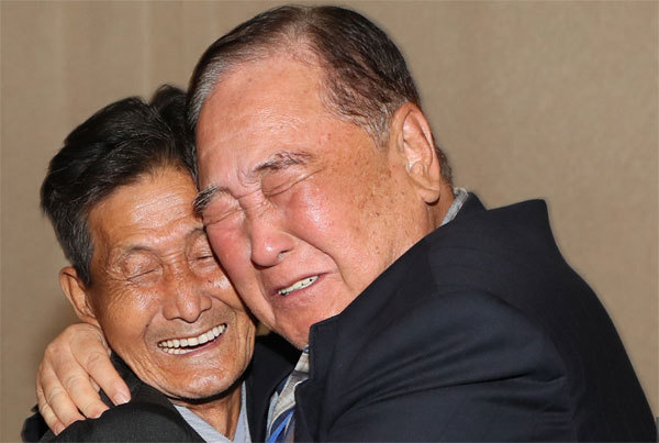 Giây phút đoàn tụ rưng rưng trên bán đảo Triều Tiên