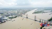 Khung cảnh khó tưởng tượng trên đỉnh cầu dây văng lớn nhất Việt Nam