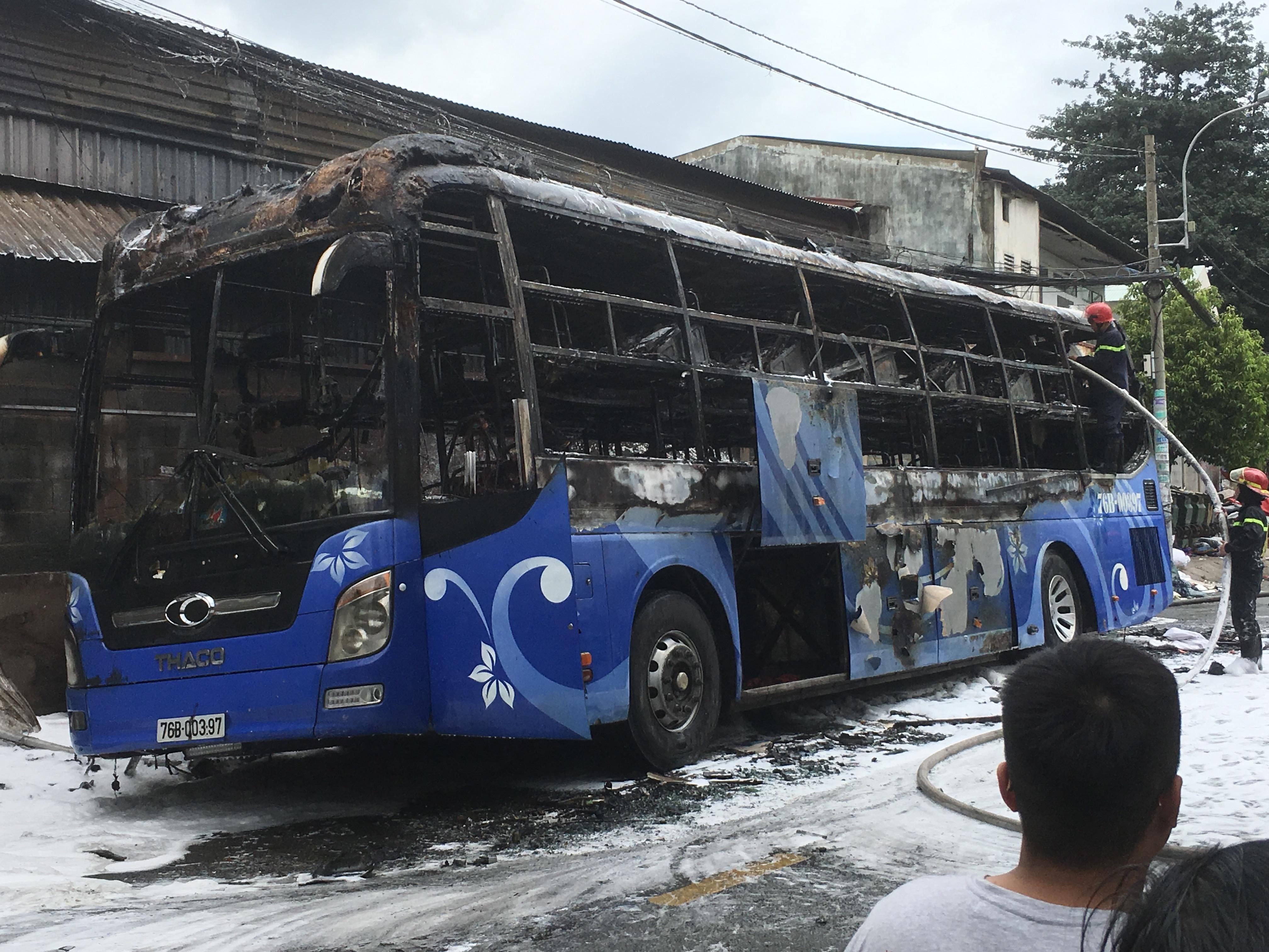 Xe khách cháy ngùn ngụt trên đường phố Sài Gòn