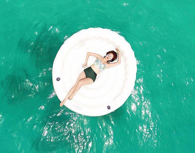 Bảo Thy diện bikini cắt xẻ táo bạo trên bãi biển Maldives