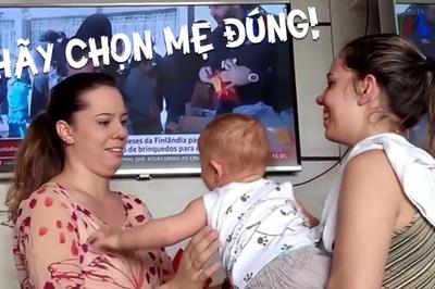 Đốn tim khi em bé 'hoang mang' trước mẹ sinh đôi: Đâu mới là mẹ của con?