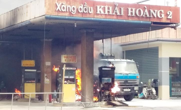 Quảng Nam: Xe bồn bốc cháy trơ khung cạnh cây xăng