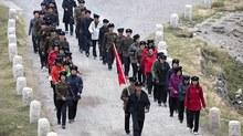 Thanh niên Triều Tiên chỉnh tề leo núi thiêng