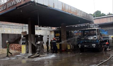 Đang tiếp nhiên liệu, xe bồn cùng cây xăng bốc cháy dữ dội