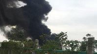 Cháy dữ dội xưởng sơn, thiêu rụi 3 nhà, 1 ô tô, đại lộ Thăng Long tê liệt