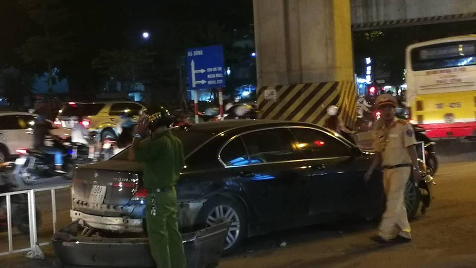Chị gái lái xe đâm loạn xạ trên đường Hà Nội