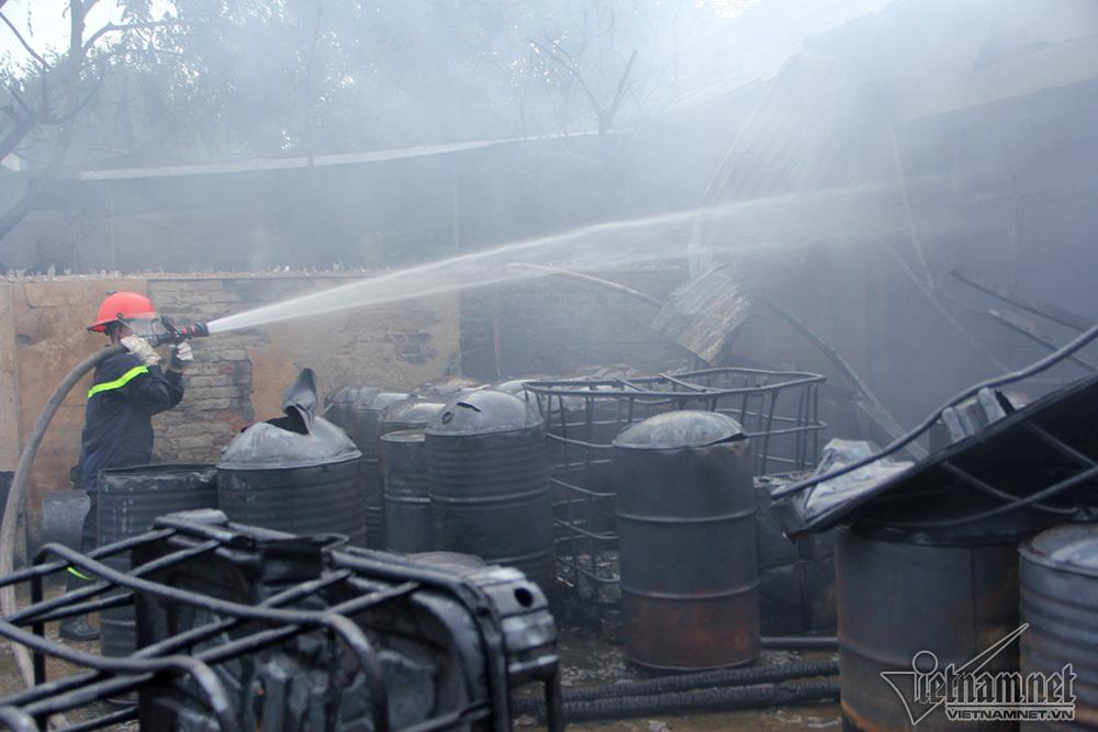 Xưởng sơn sát đại lộ Thăng Long biến dạng sau gần 2 tiếng cháy lớn