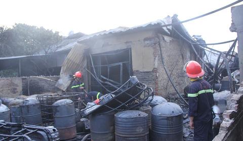 Hiện trường vụ cháy, nổ xưởng sơn khiến đại lộ Thăng Long tê liệt