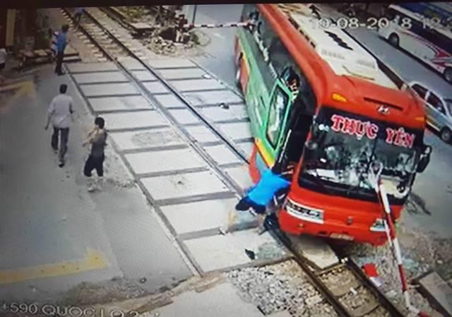 Gác chắn tàu xuyên thủng xe khách: Tai nạn thương tâm trong gang tấc