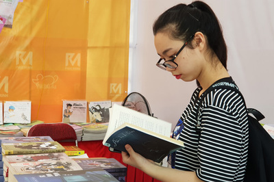 Nhiều độc giả trẻ háo hức tìm sách tại Hội sách Mùa thu