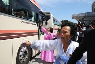 Gia đình ly tán Hàn - Triều đẫm nước mắt từ biệt người thân