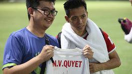 CĐV Indonesia vượt 400km xin chữ ký Văn Quyết
