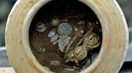 Đào bới căn nhà sập được hũ chứa đầy vàng vàng ròng
