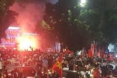 Đốt pháo sáng khắp Hồ Gươm mừng chiến thắng của U23 Việt Nam