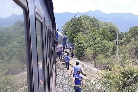 Tàu hỏa trật khỏi đường ray ở Bình Thuận