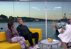 Cảnh tượng hiếm trên truyền hình trực tiếp: Nữ MC nôn vào khách