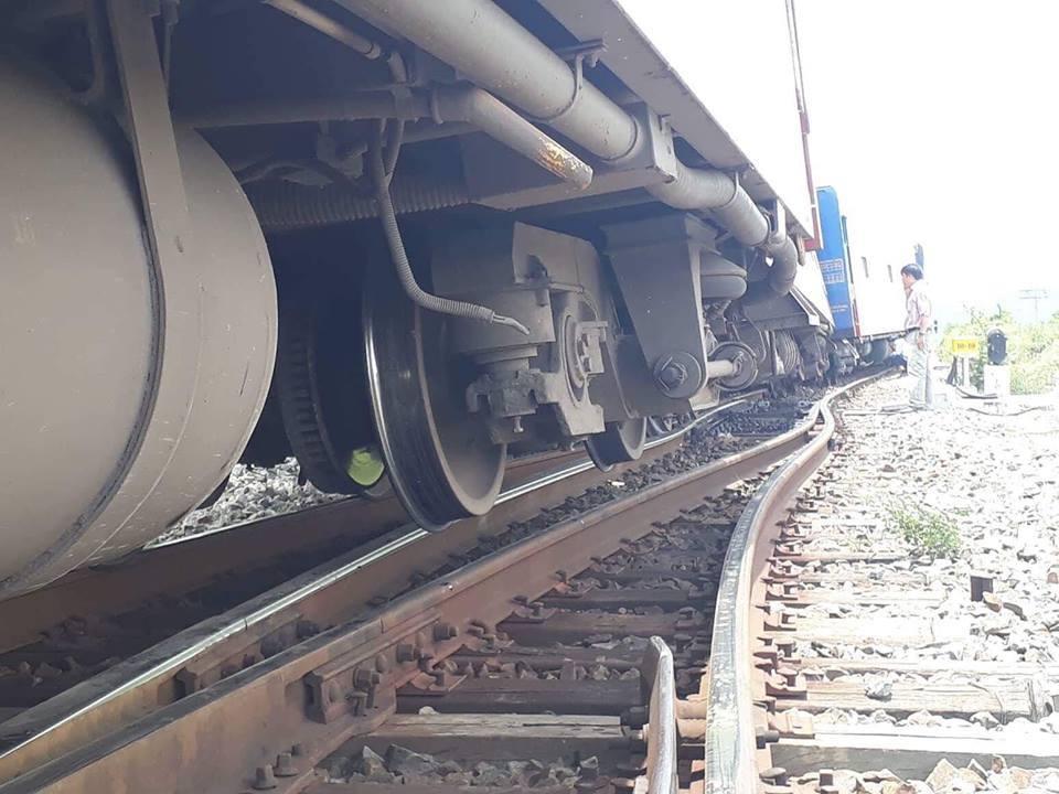 Tàu SE7 trật khỏi đường ray, hai toa đổ nghiêng