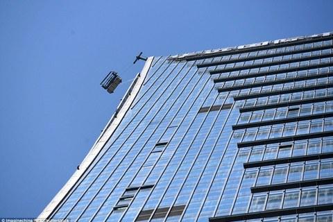 Xem giải cứu nhân viên lau kính mắc kẹt trên tòa nhà chọc trời