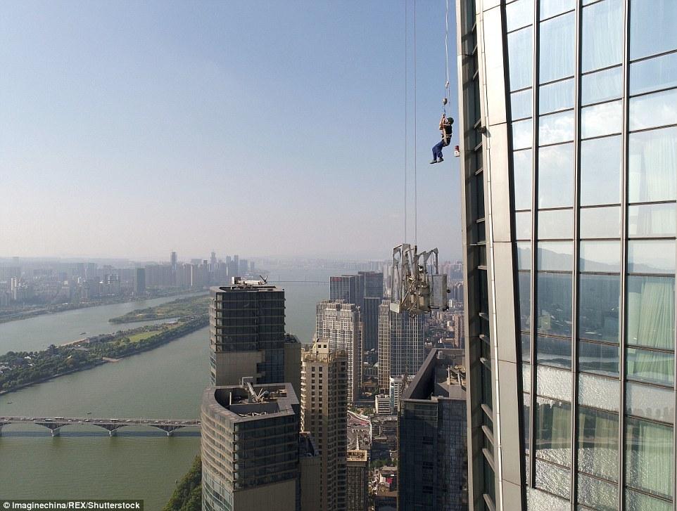 Xem cứu nhân viên lau kính mắc kẹt trên tòa nhà chọc trời