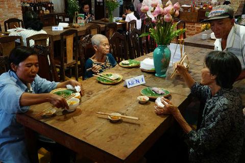 Hơn 100 món buffet miễn phí cho người nghèo ở Sài Gòn