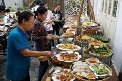 Người nghèo dự tiệc buffet miễn phí mùa Vu Lan ở Sài Gòn