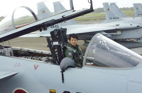 Nữ phi công chiến đấu đầu tiên của Nhật đẹp quyến rũ