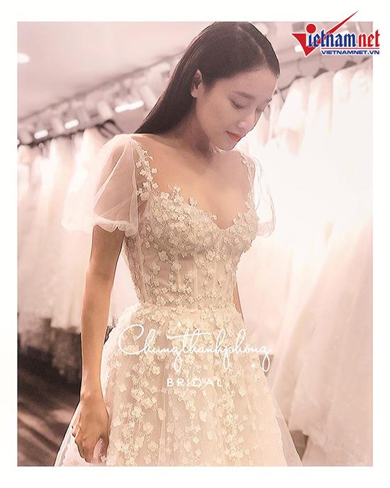 Nhã Phương mặc váy thêu hoa baby trong lễ đính hôn với Trường Giang