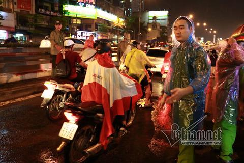 Dầm mưa đứng kín đường dự lễ Vu lan chùa Phúc Khánh