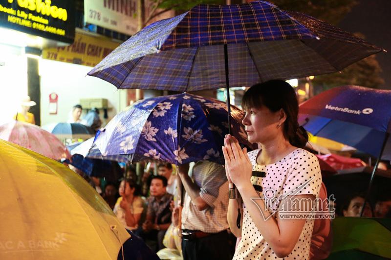 Đứng kín đường dầm mưa dự lễ Vu lan chùa Phúc Khánh