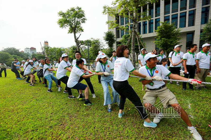 Gia đình các đại sứ cùng nhau đạp xe dạo phố Hà Nội